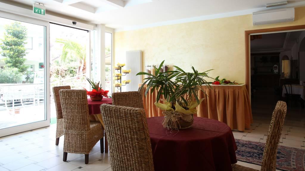 Hotel-Rondinella-e-Viola-Rimini-hall-2012
