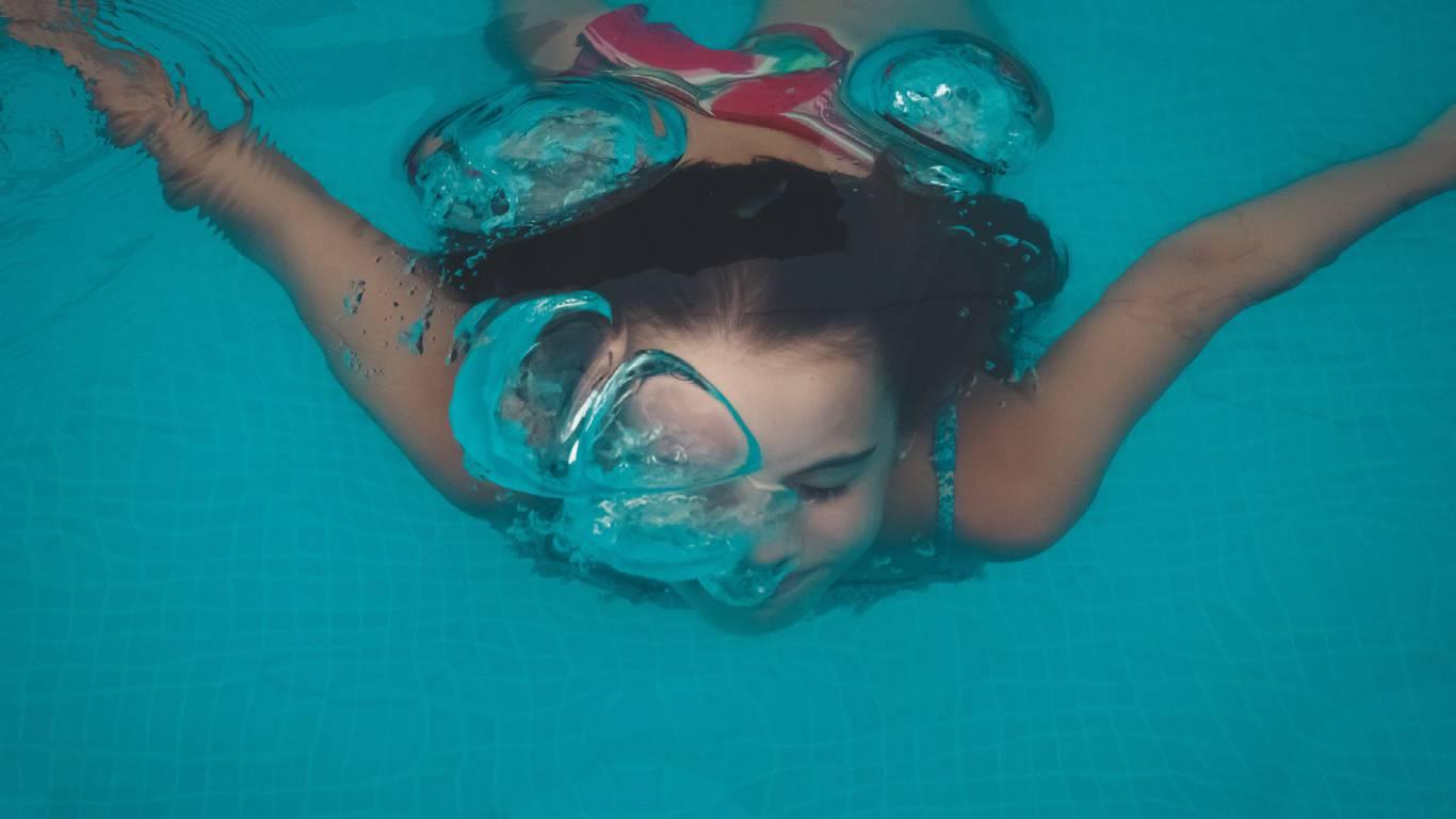 bambina-piscina-nuotare