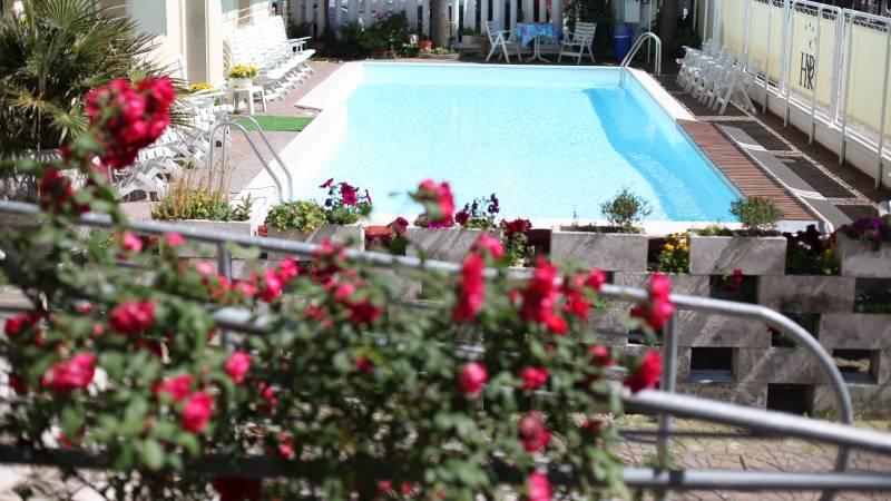 Hotel-Rondinella-e-Viola-Rimini-roses-and-piscine-0346