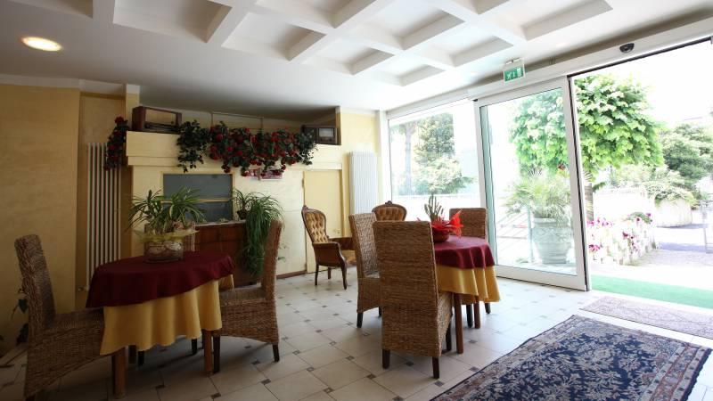 Hotel-Rondinella-e-Viola-Rimini-hall-1998